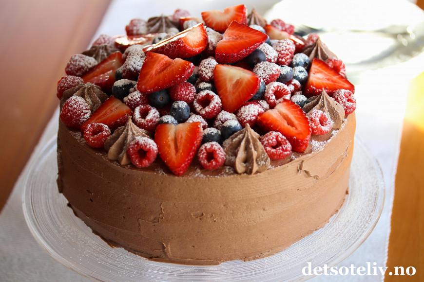 sjokoladekake med bær