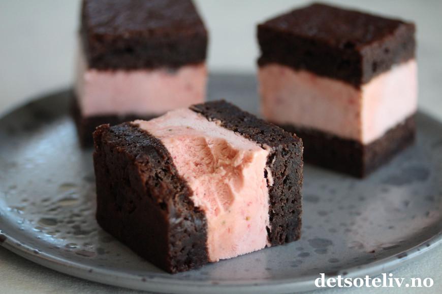 fab53e38 Helt utrolig gode sandwich-is med seig og deilig sjokoladebrownie som  holder seg myk også i fryseren, og søt jordbæris, som du nå på sommeren kan  lage med ...